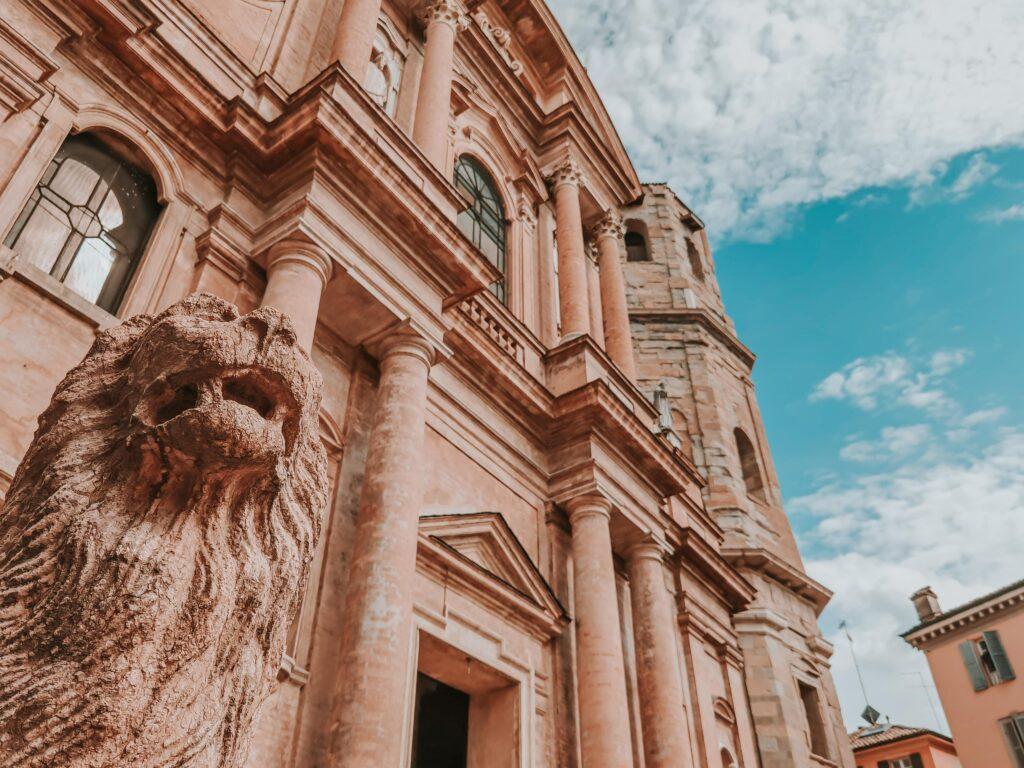cosa vedere a Reggio Emilia piazza san prospero e la sua basilica con i leoni