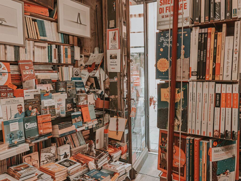Cosa vedere a Reggio Emilia in un giorno: libreria del teatro vista dall'interno