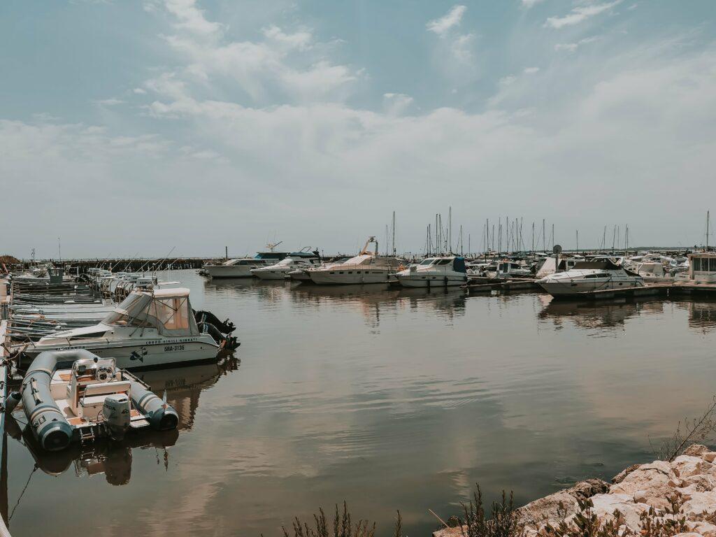 porto di goro con barche ormeggiate