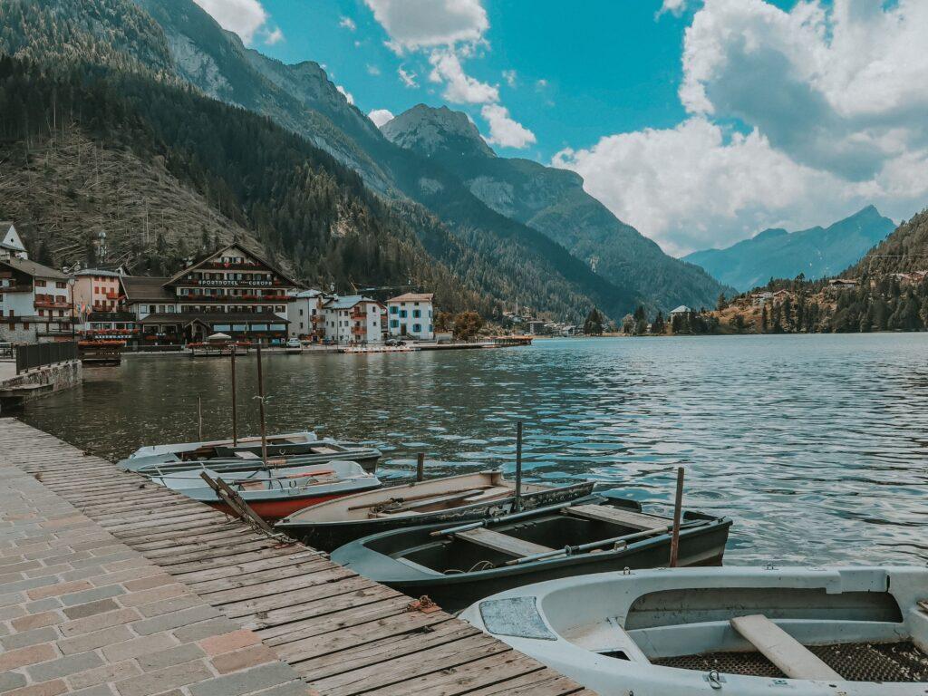 barche ormeggiate al lago di alleghe