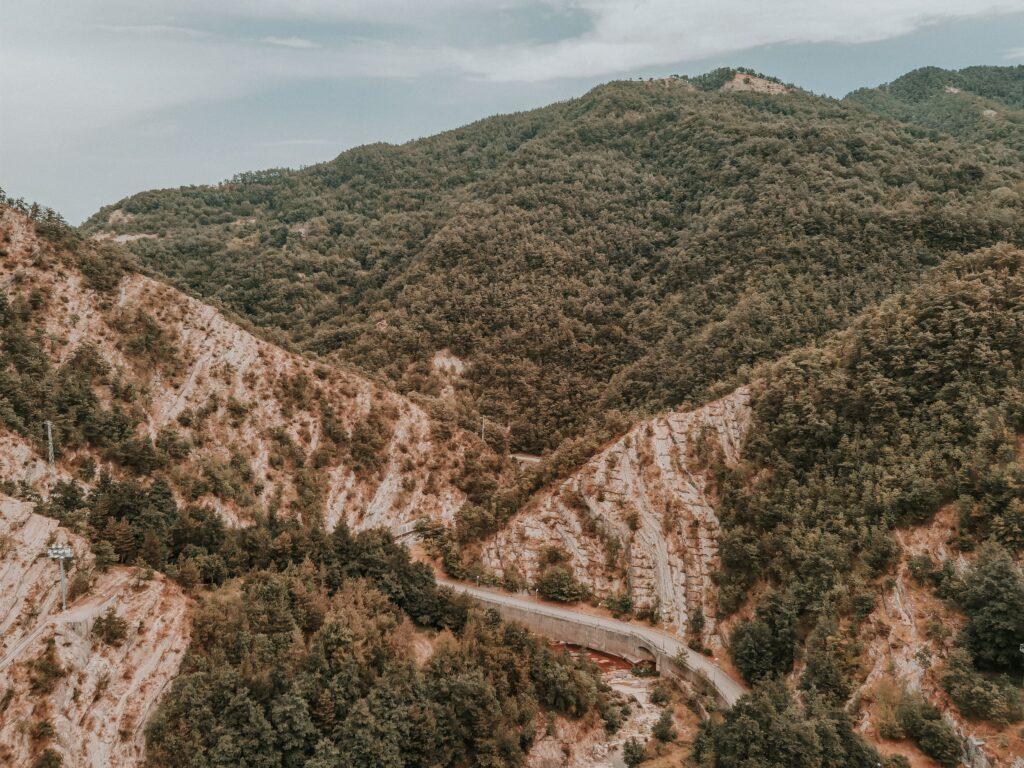 montagna accanto alla diga, dettaglio