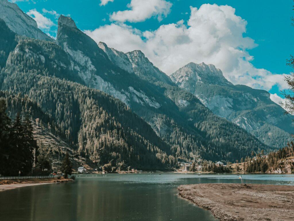 lago di alleghe e monte civetta sullo sfondo