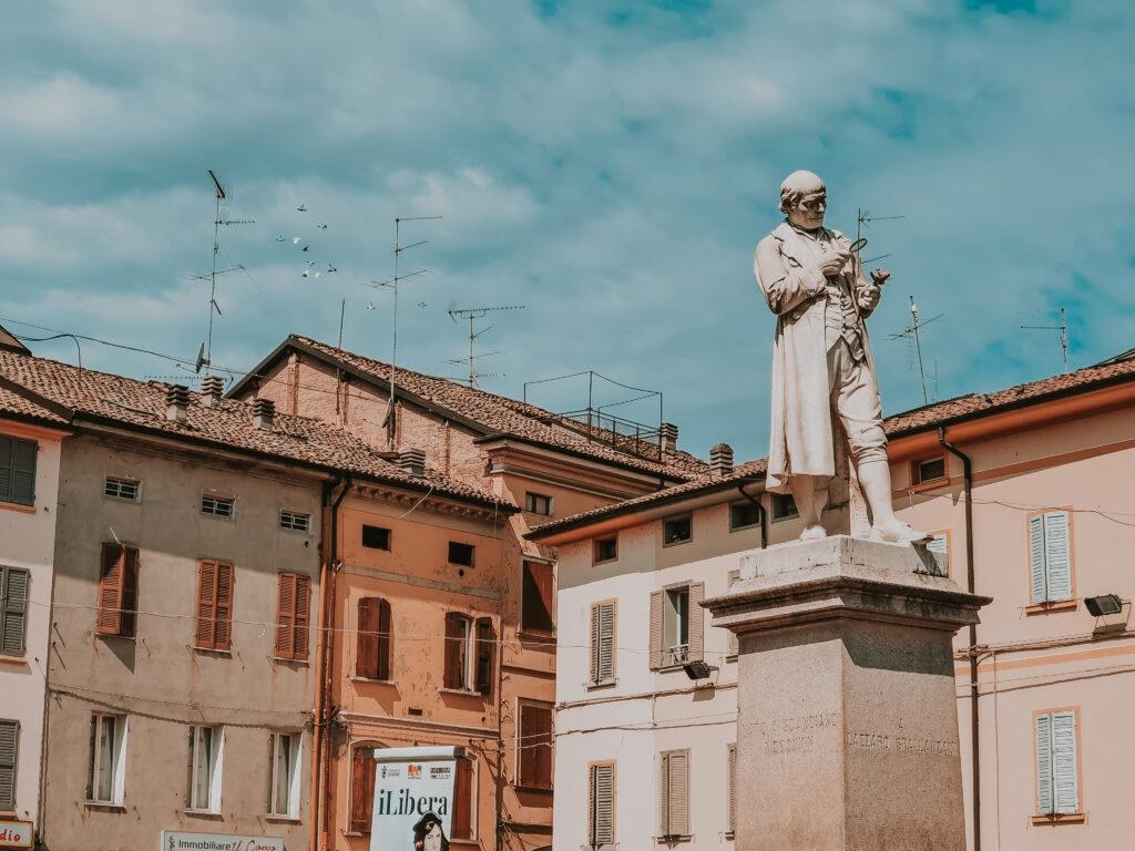dintorni di reggio emilia: statua di Lazzaro Spallanzani a Scandiano